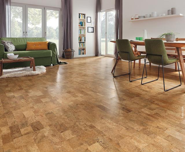 Schöner und günstiger Korkboden, verlegt im Wohnzimmer