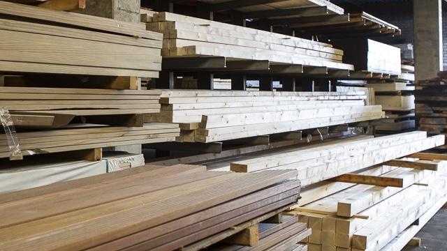 Holzbohlen im Lager der Holzhandlung Blömer