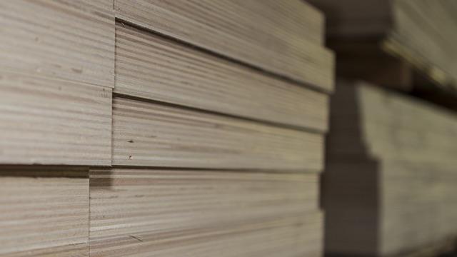 Sperrholz gestapelt zum verkauf in der Holzhandlung Blömer bei Osnabrück