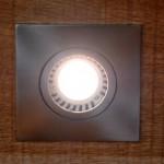 LED-Lampe vom Typ rechteckiger Einbaustrahler in der Holzhandlung Blömer